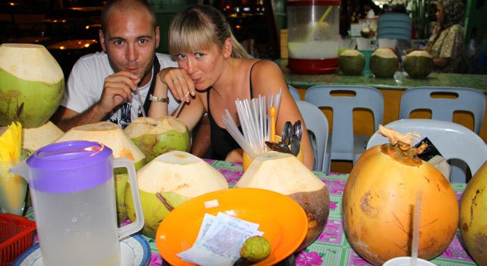 molaviajar comiendo un coco en malasia